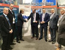 Die Hans Künz GmbH und Conductix-Wampfler haben während der TOC Europe auf dem Conductix-Wampfler Messestand einen Vertrag über die Lieferung von Motorleitungstrommeln für 32 ASCs unterzeichnet (v.l.n.r.: Johannes Moser, Head of Purchasing & Transport Log