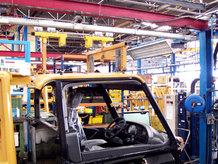 Handhängebahn mit hydropneumatischer Drehscheibe und Hubstation im Lackier- und Montagebereich eines Fahrzeugkabinenherstellers