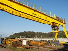 Prozesskran auf einer Verladeanlage in einem Stahlwerk