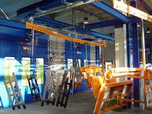 Handhängebahn mit Lackierkabinen zum Transport für Bauteile eines Nutzfahrzeugherstellers