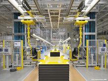 Energieführungsketten und IPT Rail Systeme werden in einer Montagelinie verwendet