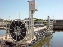 Motorleitungstrommeln werden für die Energieübertragung  an einem Längsräumer in einer Kläranlage verwendet